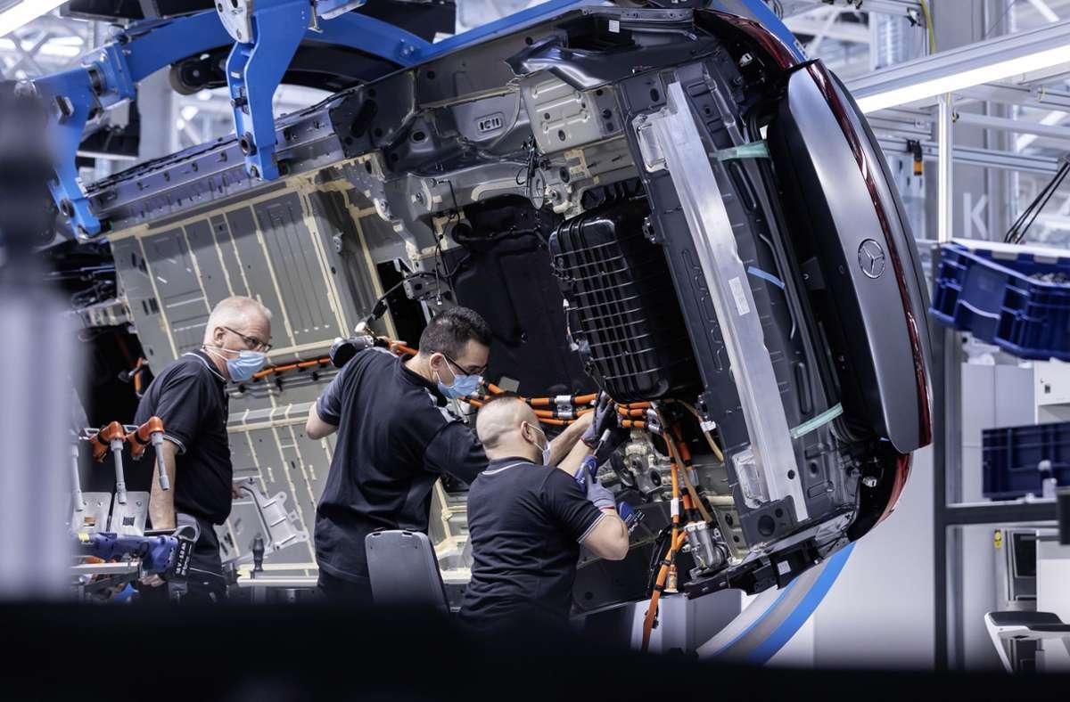 Fast 300000 Beschäftigte arbeiten bei Daimler, unter anderem bei der Kernmarke Mercedes-Benz. Hier arbeiten drei Mitarbeiter in der Factory 56 im Mercedes-Benz Werk Sindelfingen. Foto: Daimler AG/Mercedes-Benz AG - Global Commun