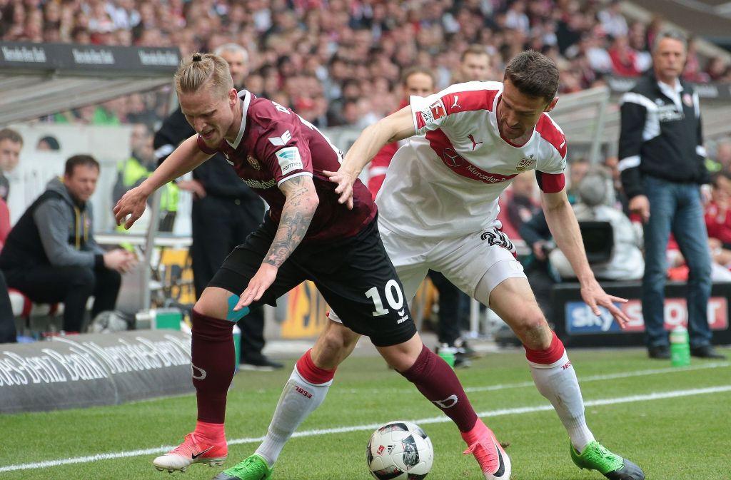 Der VfB Stuttgart um Kapitän Christian Gentner (rechts) testet gegen Dynamo Dresden. Foto: Pressefoto Baumann