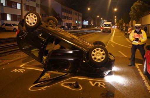 Renault landet auf dem Dach – Fahrerin aus Auto befreit