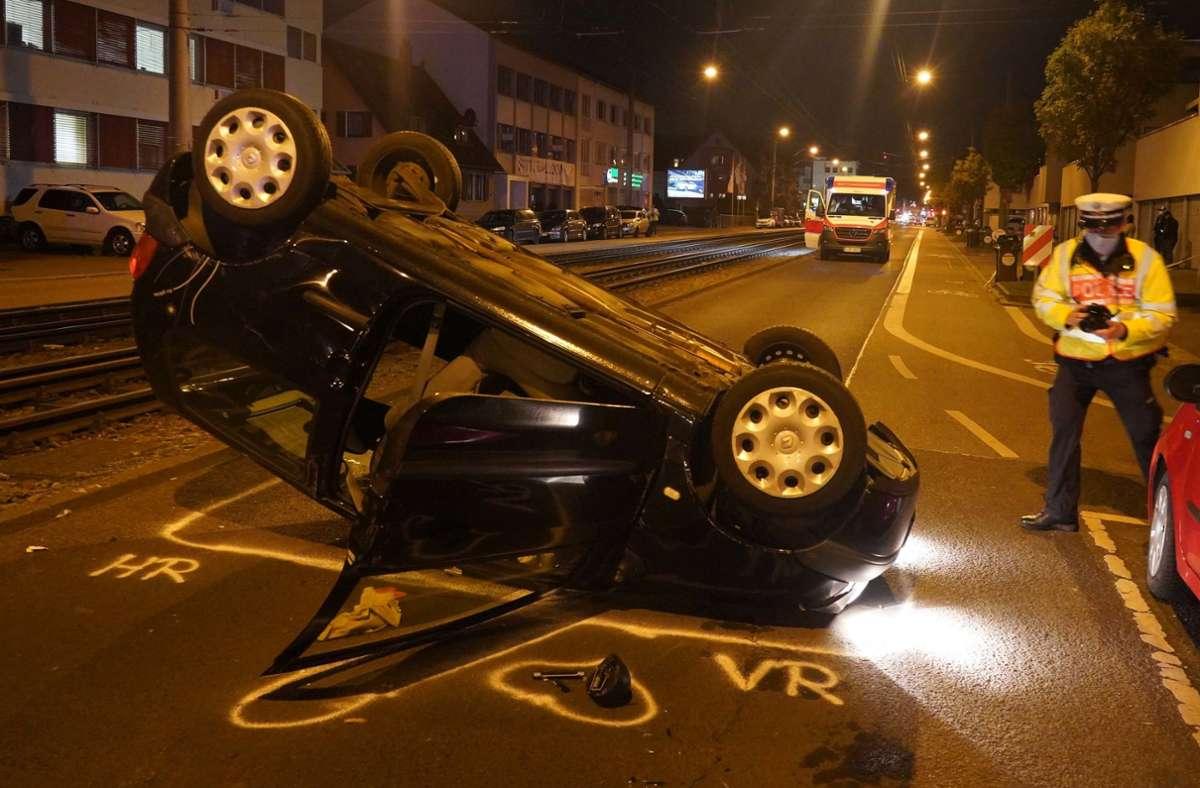Das Auto überschlug sich bei dem Unfall. Foto: /Andreas Rosar Fotoagentur-Stuttgart