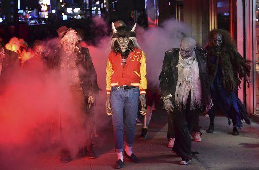 """Model verkleidet sich mit """"Thriller""""-Kostüm"""