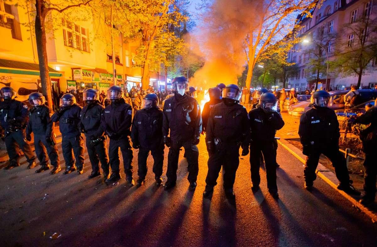 Am Samstag ist es in Berlin nach weitgehend friedlichen Demonstrationen abends zu gewaltsamen Auseinandersetzungen gekommen. Foto: dpa/Christoph Soeder