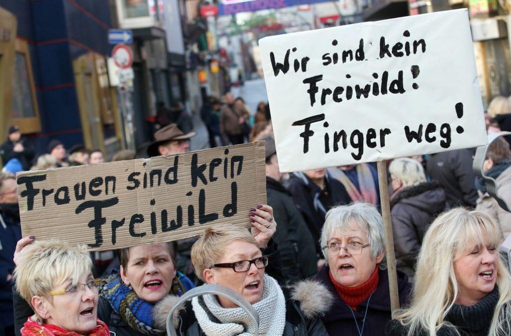 """""""Frauen sind kein Freiwild"""": Mit diesen Plakaten demonstrieren Frauen gegen Sexismus am Arbeitsplatz. Foto: dpa"""
