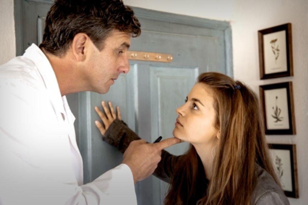 Der Bergdoktor Martin Gruber (Hans Sigl) ermahnt  seine Tochter Lilli (Ronja Forcher), ihre Pläne mit ihm abzusprechen. Foto: ZDF
