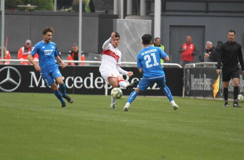 Mario Suver klärt vor zwei Hoffenheimern. Foto: FuPa Stuttgart/Lommel
