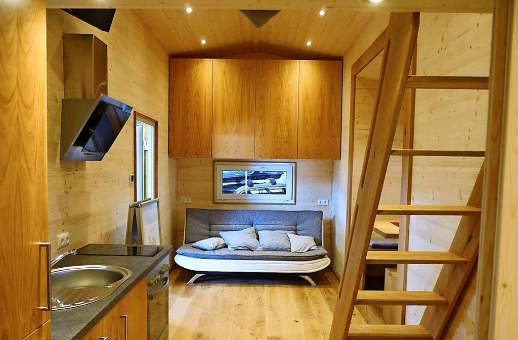 Gemütliche Möbel, kleine Küche Foto:  Tiny House  Bayern