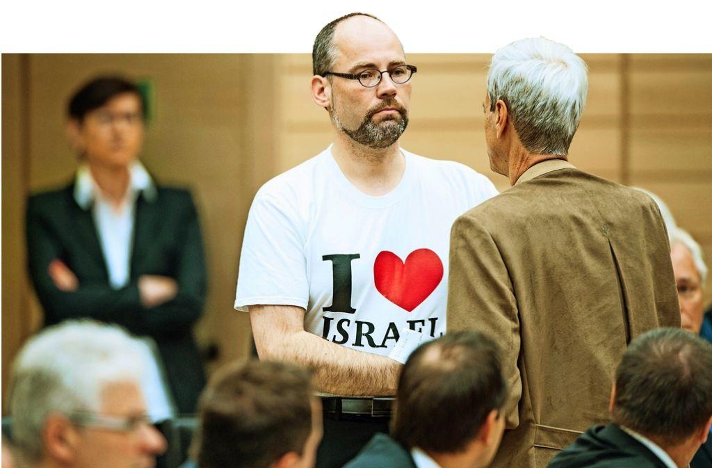 Der AfD-Abgeordnete Daniel Rottmann mit Pro-Israel-Shirt neben seinem Fraktionskollegen Wolfgang Gedeon. Foto: dpa