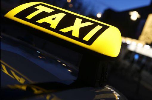 Taxigäste schmettern lautstark Lieder – dann eskaliert die Fahrt