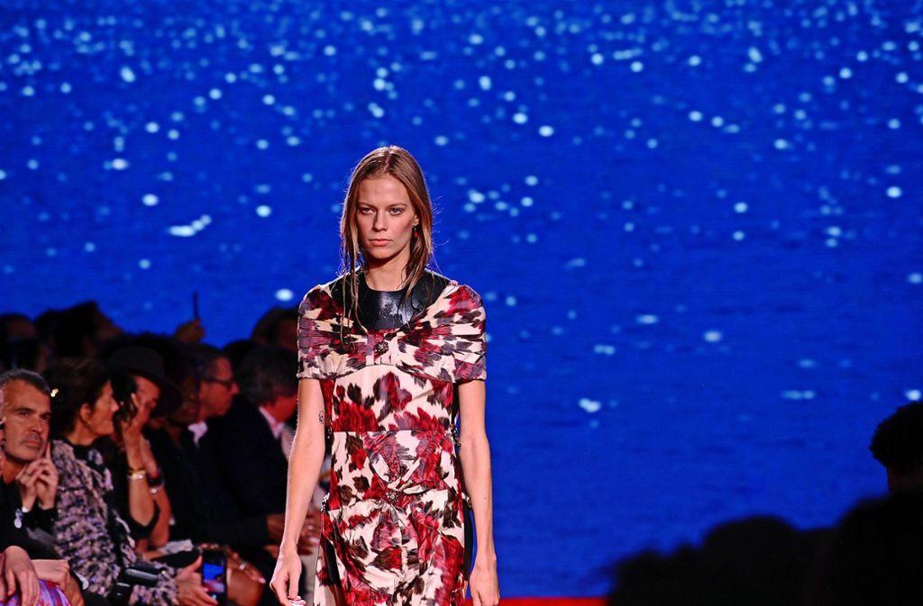 """Der belgische Designer Raf Simons hat sich für die Präsentation seiner Frühjahr-Sommer-Kollektion bei der New York Fashion Week den Film """"Der weiße Hai"""" vorgenommen. Zu Beginn der Calvin-Klein-Show zeigte Simons auf riesigen Bildschirmen das glitzernde Meer und einen einsamen Schwimmer, unterlegt von der bekannten, gruseligen Melodie. Foto: AP"""