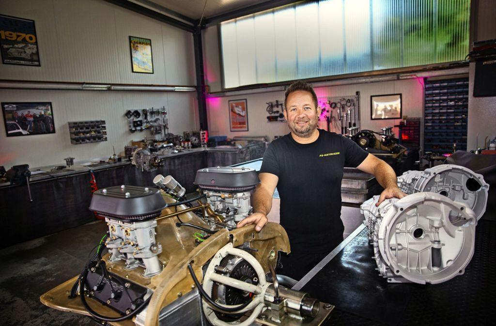 Stefan Pfletschinger restauriert Porsche-Motoren. Bei der Beschaffung der Teile profitiert er vom schnellen neuen Internet. Foto: Ines Rudel