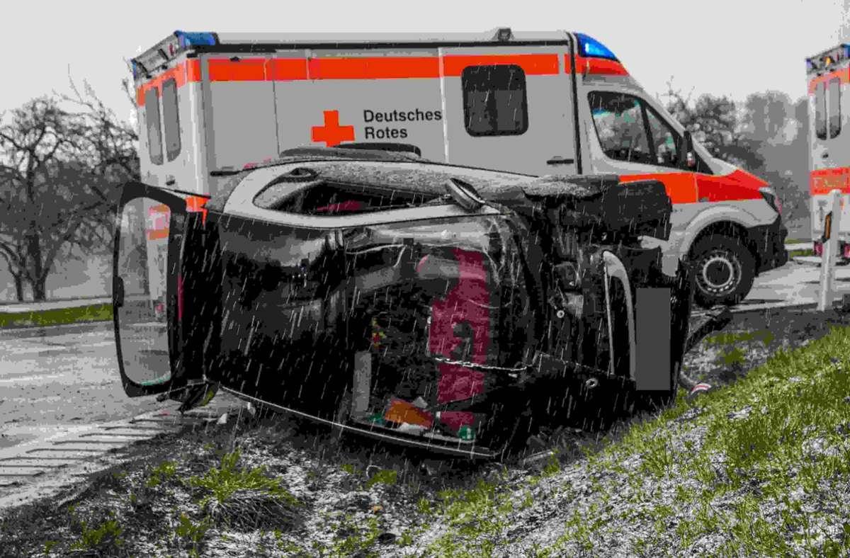 Smart überschlägt sich und landet im Grünstreifen: Bei diesem Unfall in Deckenpfronn wurde die Fahrerin verletzt Foto: SDMG/SDMG / Dettenmeyer