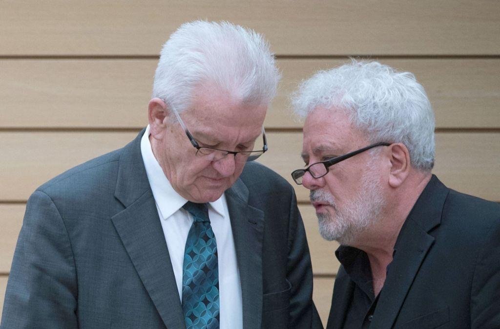 Winfried Kretschmann (links) gerät wegen einer Äußerung zur Rolle von Staatsminister Klaus-Peter Murawski (rechts) ins Visier der FDP. Foto: dpa