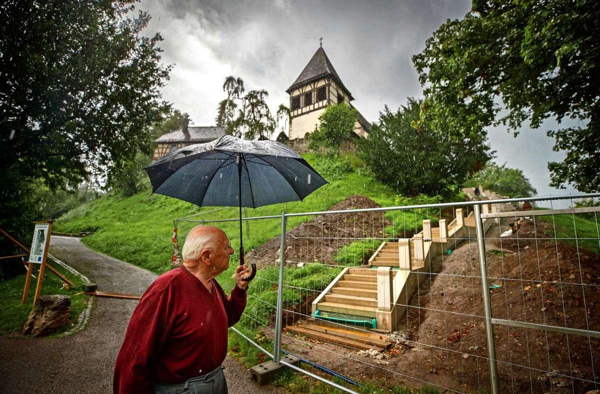 Rolf Schweizer vor der neuen  Pilgerstaffel, die voraussichtlich im November eröffnet werden soll. Foto: Gottfried Stoppel