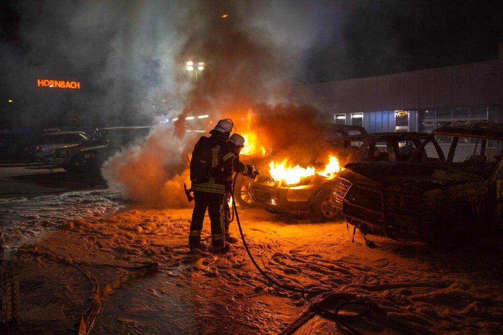 Wieder brennen Autos im Kreis Ludwigsburg: Bei einem Feuer in einem Autohaus in Asperg sind fünf hochwertige Wagen zerstört worden. Der Schaden wird nach Angaben der Polizei auf 260.000 Euro geschätzt.  Foto: www.7aktuell.de | Dan Becker