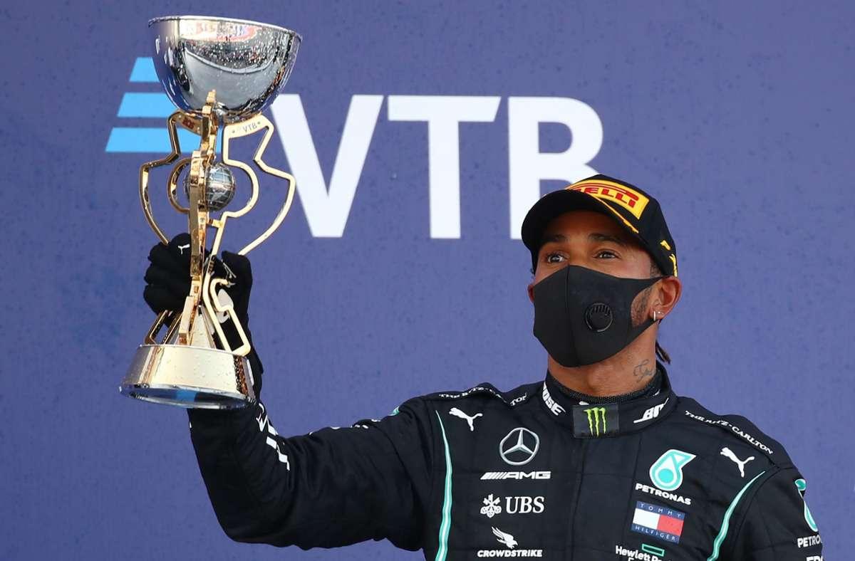 Trotz Maske ist deutlich zu erkennen: Lewis Hamilton verspürt nach Platz drei beim Großen Preius von Russland keine Freude – es liegt nicht an der Gestaltung des Pokals. Foto: AFP/BRYN LENNON