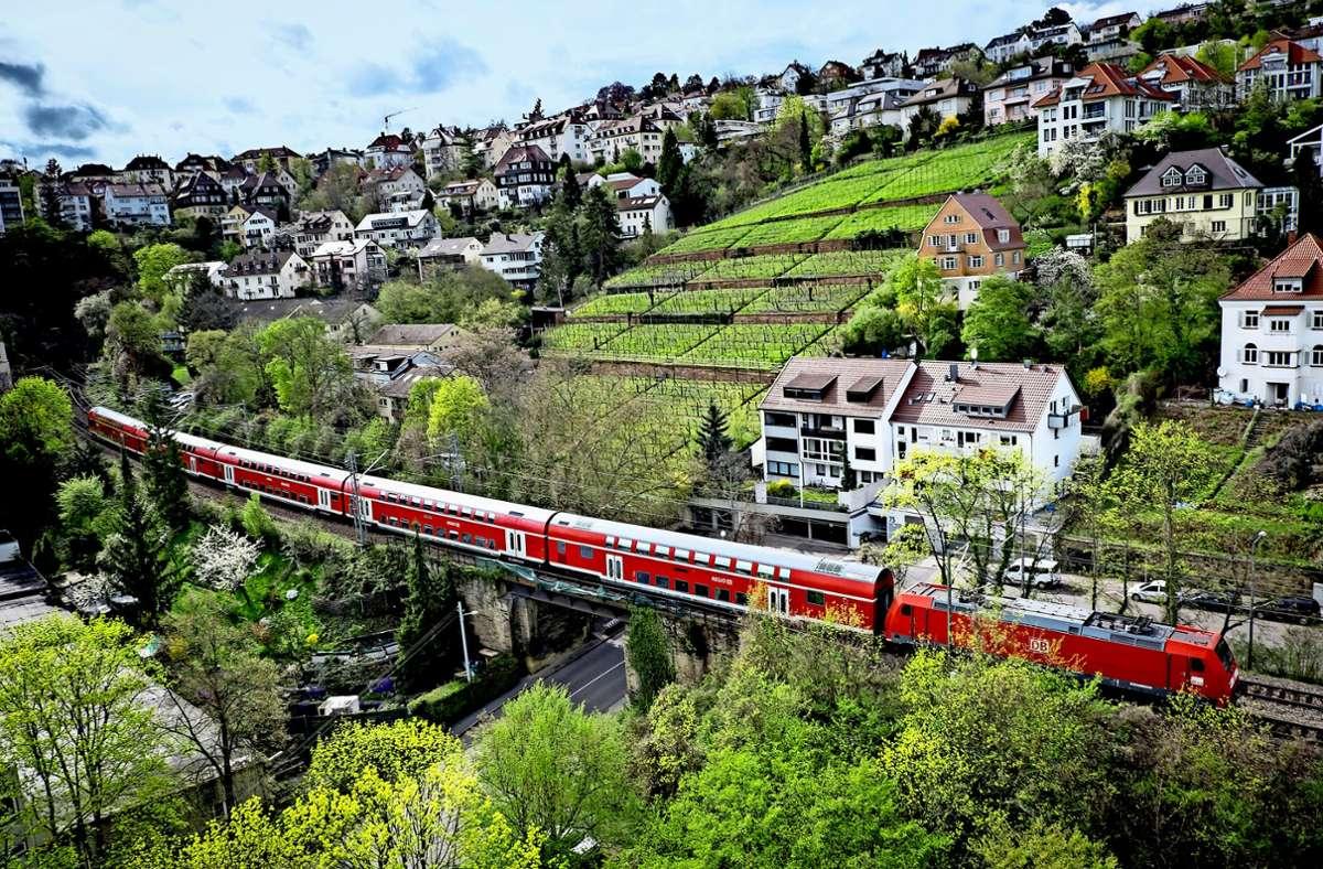Die Panoramastrecke der Gäubahn wird bei Störungen im Bereich der S-Bahn-Stammstrecke Stuttgart auch von S-Bahnen genutzt. Foto: Lichtgut/Achim Zweygarth