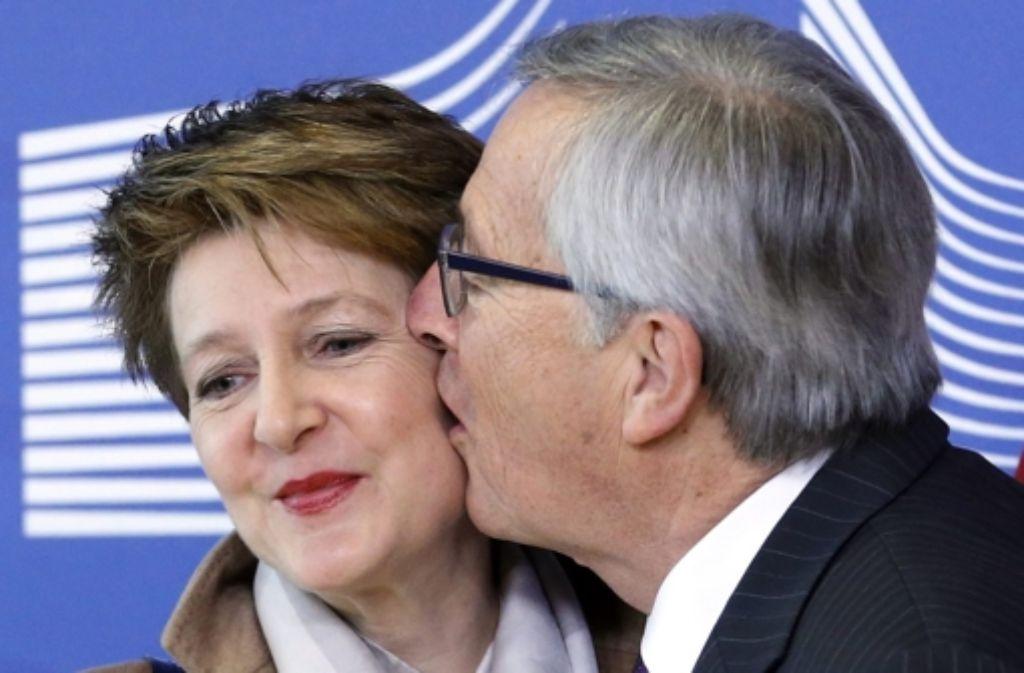 Juncker geht auf Tuchfühlung mit der Schweizer Präsidentin Sommaruga. Foto: dpa
