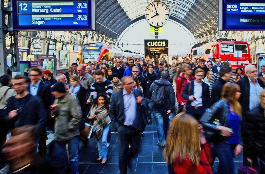 Im Regionalverkehr – hier im Bild der Frankfurter Bahnhof – fuhr die Deutsche Bahn bundesweit rund 143,1 Millionen Minuten Verspätung ein. Foto: dpa