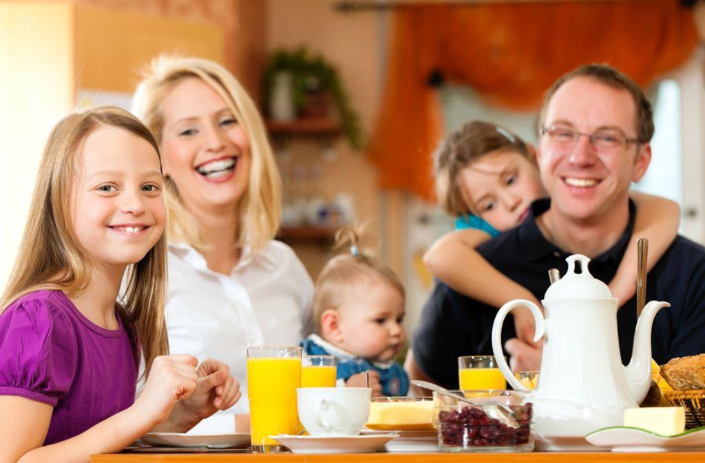 Relevante Themen werden in einer Familie auch gerne mal gemütlich am Frühstückstisch besprochen. Foto: AdobeStock