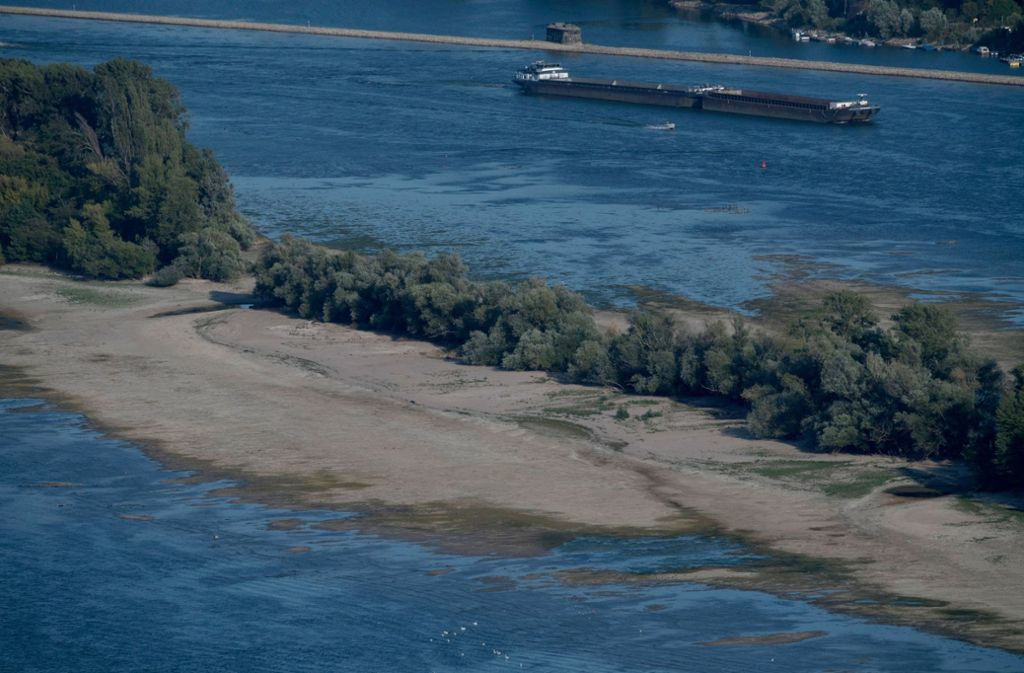 Am Rhein herrscht nach der wochenlangen Trockenheit und Sommerhitze derzeit Niedrigwasser (Archivfoto). Foto: dpa