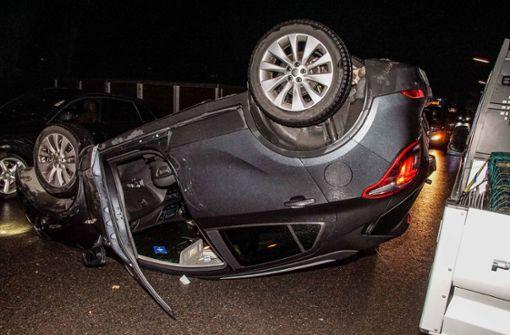 Auto landet nach Unfall auf dem Dach