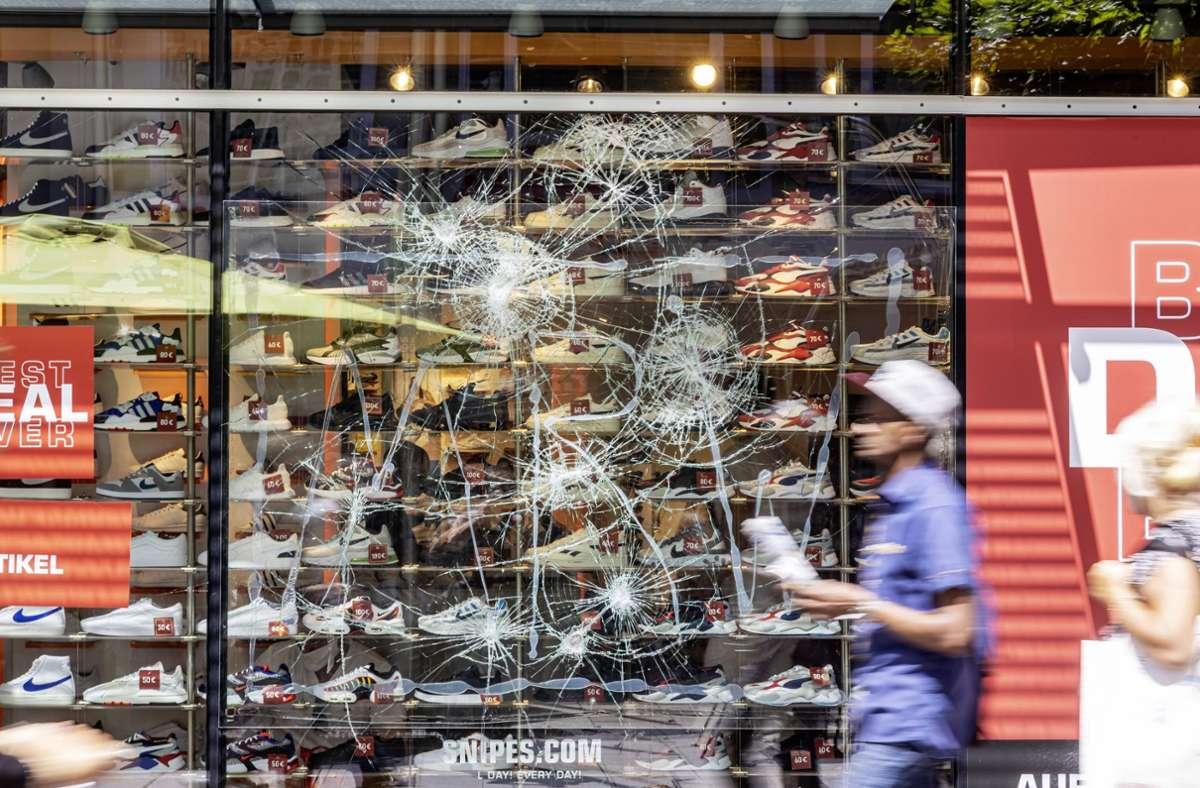 Ein Tag nach den Krawallen: Zerstörte Schaufenster auf der Stuttgarter Königsstraße. Foto: imago images/Arnulf Hettrich/ARNULF HETTRICH via www.imago-images.de