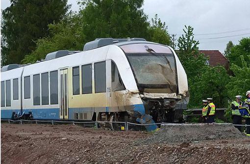 Regionalbahn stößt Lastwagen um - Acht Verletzte
