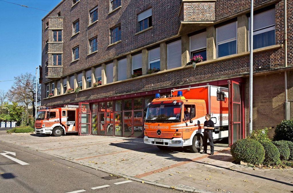 Die Löschfahrzeuge passen kaum durch die Tore der Fahrzeughalle. Das Gebäude  an der Bregenzer Straße 47 steht unter Denkmalschutz, eine Erweiterung ist daher sehr schwierig. Foto: Georg Friedel