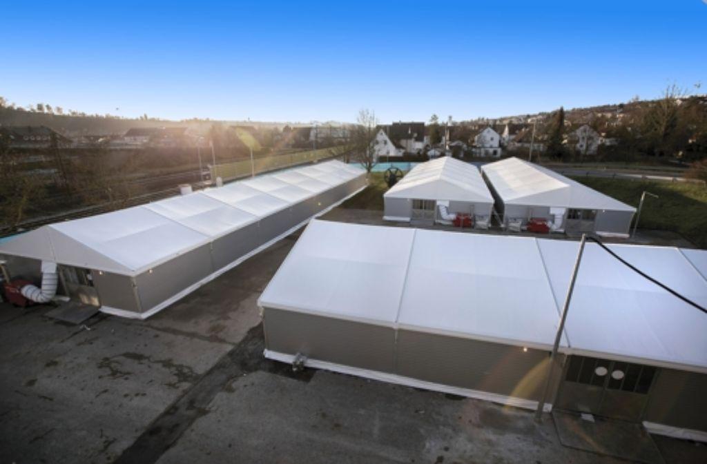 In die Leichtbauhallen in Ebersbach sind am Freitag die ersten Flüchtlinge eingezogen. Foto: Michael Steinert
