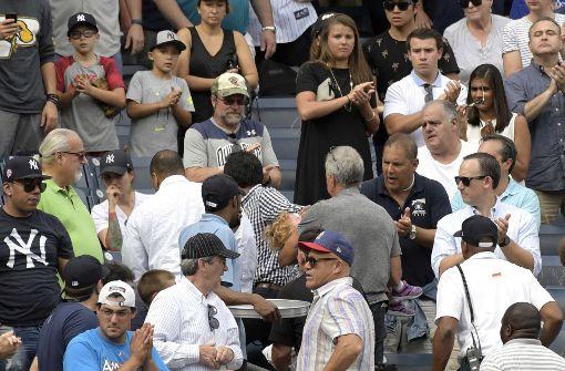 Junges Mädchen von Baseball schwer getroffen