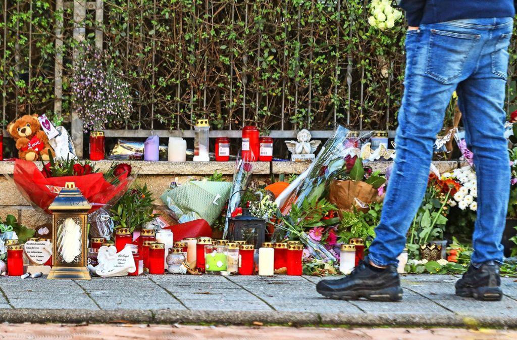 An der Unfallstelle bezeugen viele ihre Trauer. Foto: factum/Simon Granville