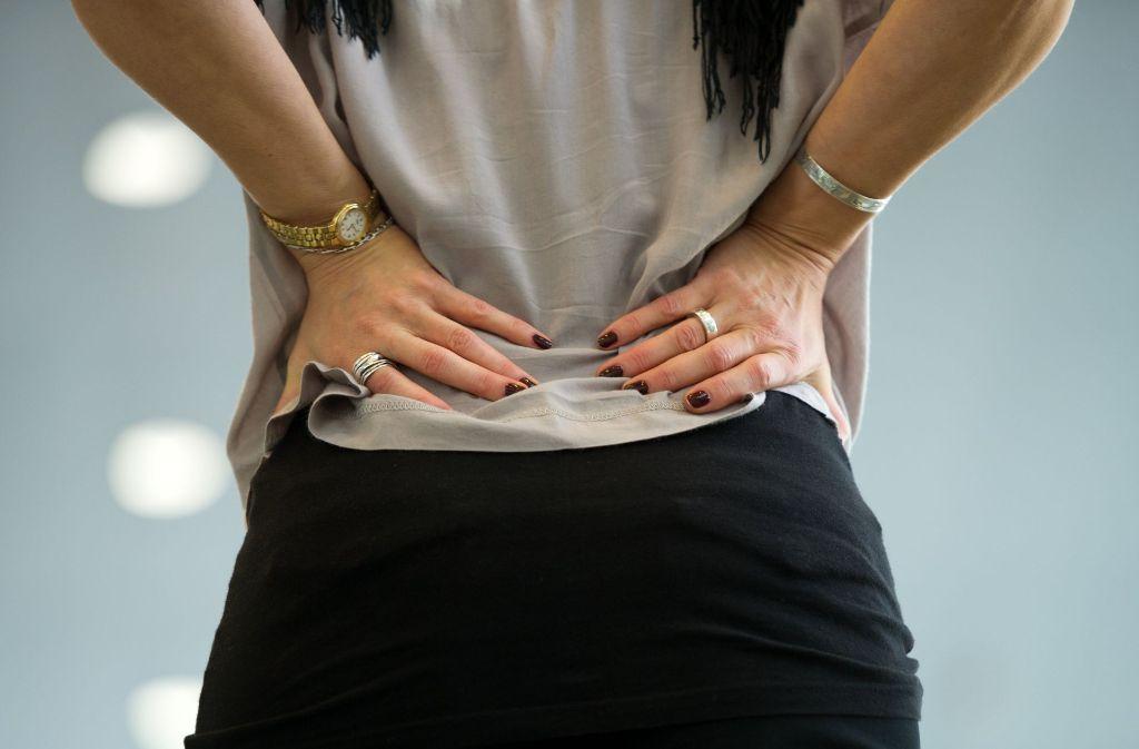 Die meisten Menschen kennen den stechenden Schmerz: der Rücken ist oft eine Schwachstelle Foto: dpa