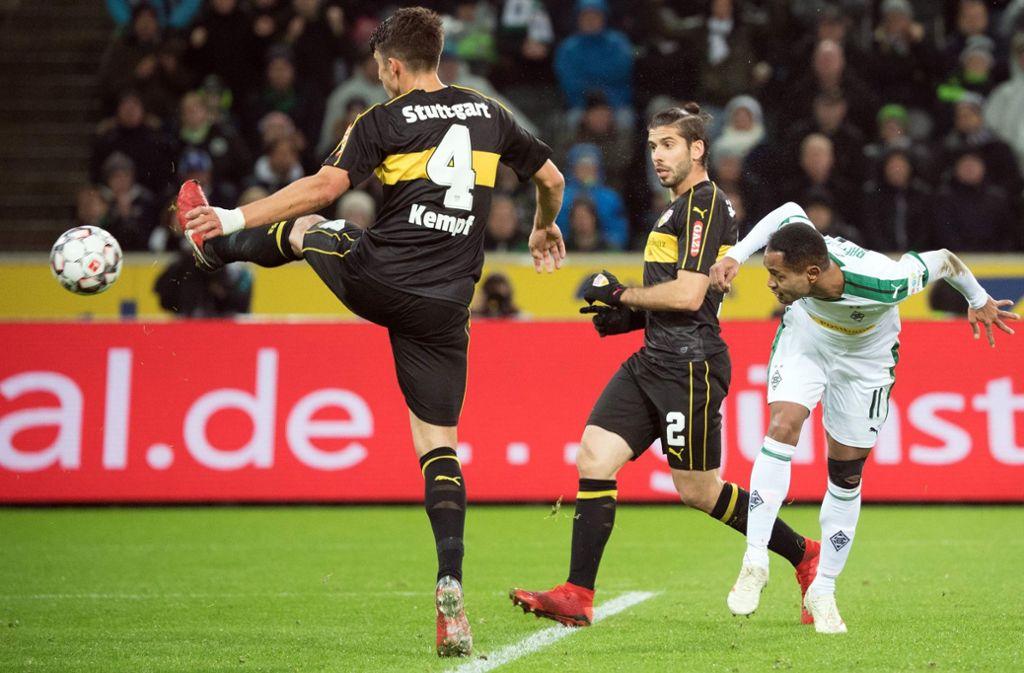 Der Anfang vom Ende: Gladbachs   Raffael (rechts) köpft das 1:0 für Borussia Mönchengladbach – und der VfB (mit Kempf und Insua, v.l.) gibt sich geschlagen. Foto: dpa