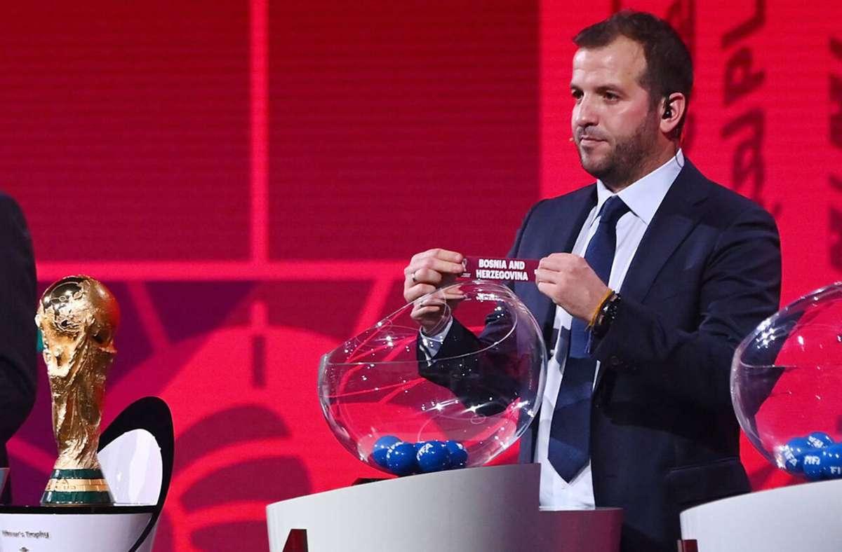 Rafael van der Vaart bei der Auslosung der Quali-Gruppen für die WM 2022 – kein Losglück für die Niederlande. Foto: imago/Ulmer