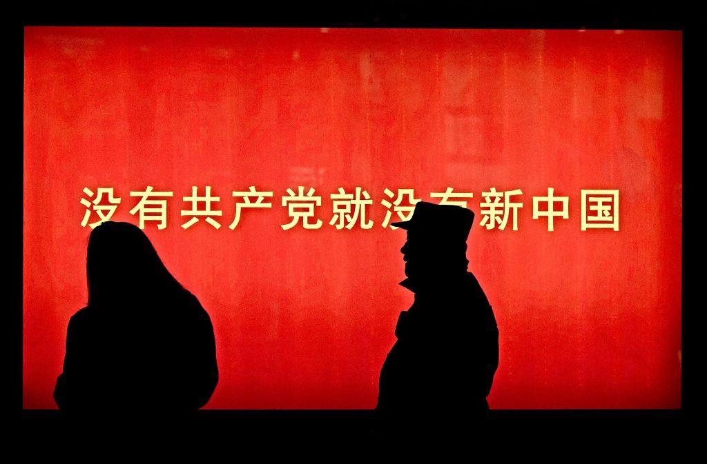 """In einer  Shoppingmeile in Peking wirbt der Slogan """"Ohne die Kommunistische Partei gäbe es kein Neues China""""  für die Partei. Foto: AP, Jan Siefke"""