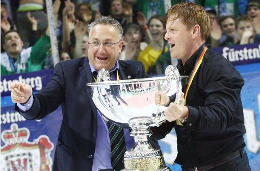 Bietigheim im Glück: Präsident Hand Günter Neumann und Trainer Kevin Gaudet (rechts) Foto: Baumann