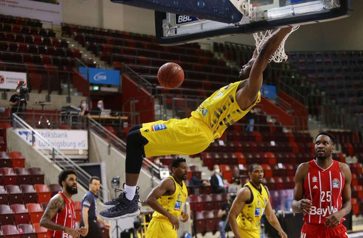 So schön kann Basketball sein: Jamel McLean kämpft mit Ludwigsburg um den Titel, gesucht wird noch der 18. Verein für die Bundesliga. Foto: Baumann