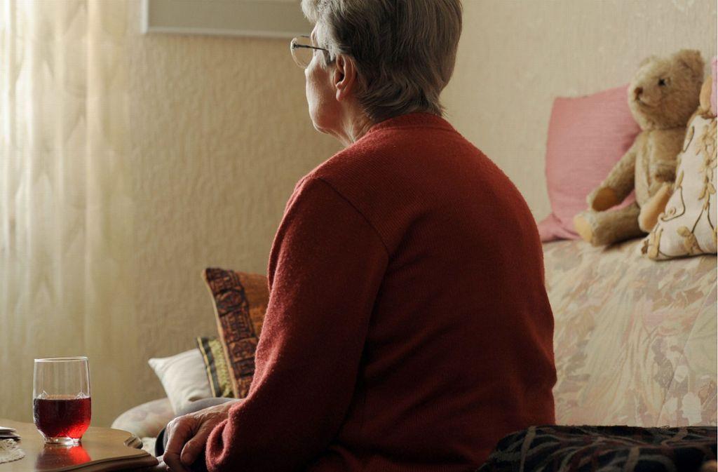Einsamkeit nimmt  im hohen Alter zu. Untersuchungen zeigen, dass sich Einsamkeit negativ auf die Gesundheit auswirkt: Sie In der gestellten Szene sitzt eine ältere Frau  alleine in ihrer Wohnung auf dem Sofa. Foto: dpa/Ingo Wagner
