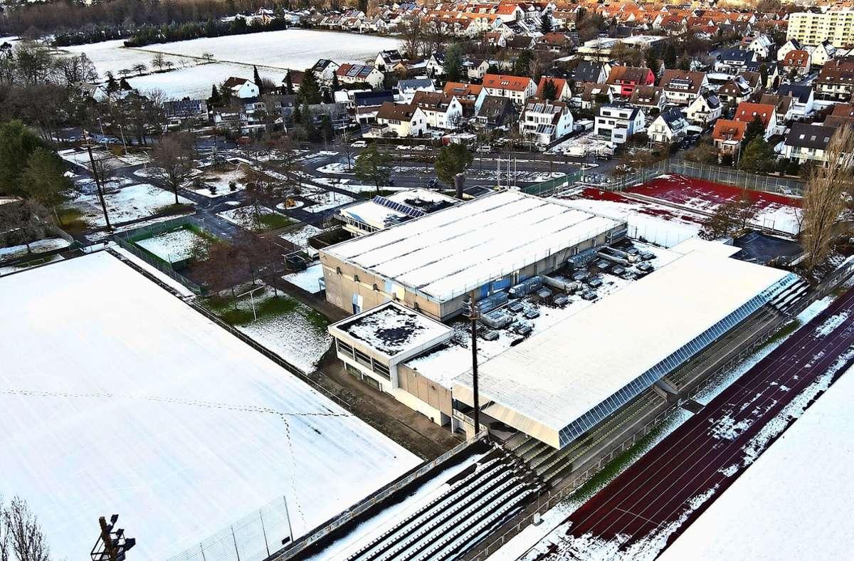 Liegen auf dem Dach der Leinfelder Halle  20 Zentimeter oder mehr Schnee, ist der Betrieb dort aus Sicherheitsgründen untersagt. Foto: Philipp Braitinger