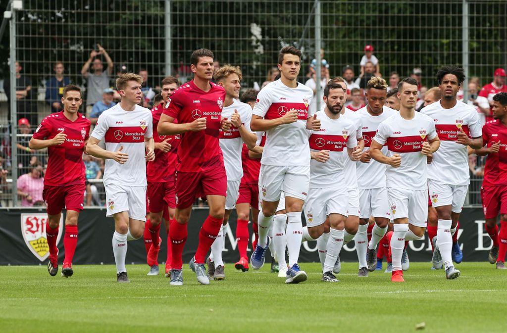 Das erste Mal stehen die VfB-Spieler mit den neuen Trikots auf dem Platz. Foto: Pressefoto Baumann
