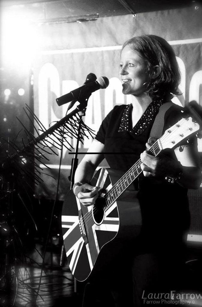 """Wir zitieren einfach immer den schönsten Satz aus dem Pressetext. Bei Nina Gerstenberger und Dan Hetfield (Indie, Manchester / Kirchheim unter Teck): """"In der britischen Musikhochburg, die solch einflussreiche Bands wie The Smiths, New Order und natürlich zuvor genannte Oasis hervorgebracht hat, gehören Nina und Dan schon seit mehreren Jahren der lokalen Szene an, die sie auch aktiv mitgestalten, z.B. mit ihren Open Mic und Jam Sessions in Pubs, Bars und Labour Clubs."""" Das Duo spielt am Donnerstag, 2. August im Merlin.  Foto: Promo"""