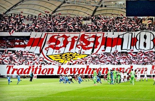 Die Fans  des VfB Stuttgart wollen wieder richtig stolz sein auf ihren Club – so wie früher, als  Helden wie Ohlicher und Allgöwer  große Spiele zeigten. Foto: Baumann