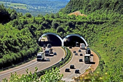 So sieht eine Grünbrücke für Wildtiere aus, sie ist  an der A8 bei Aichelberg. Foto: Horst Rudel