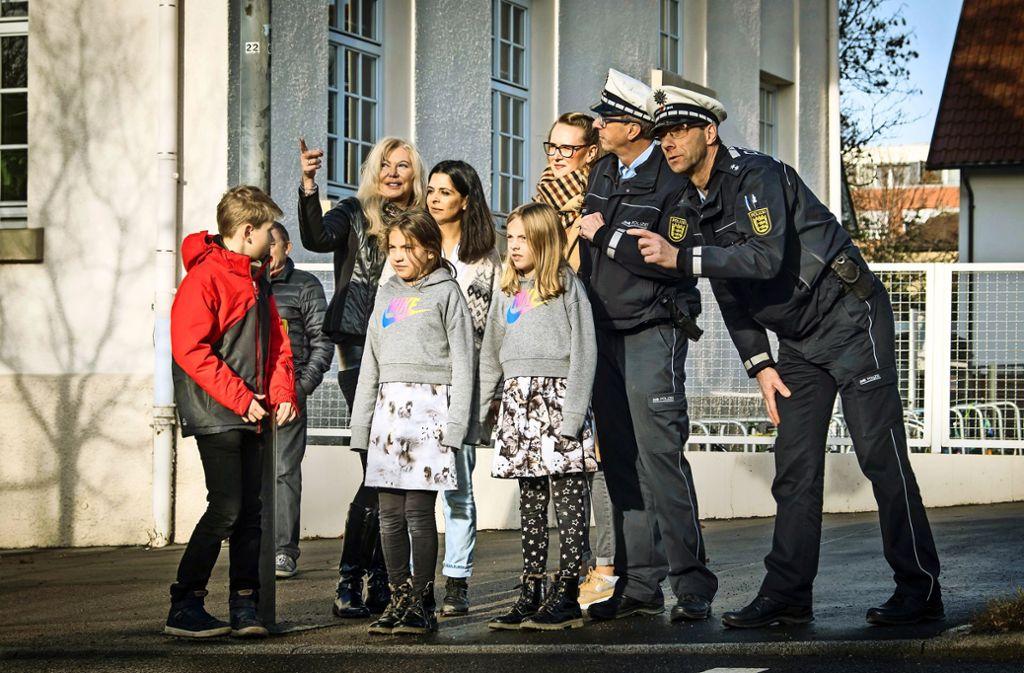 Gehen ist besser als zur Schule fahren, da sind sich Schüler, Lehrer und Eltern der Riedseeschule mit der  Polizei einig. Foto: Lichtgut/Achim Zweygarth