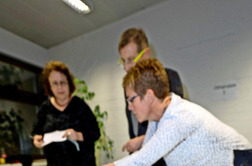 Freiberger Wahlhelfer zählen die Stimmen des Bürgerentscheids aus. Foto: factum/Weise