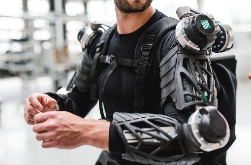 Das Exoskelett hilft bei Arbeiten über Kopf: Es unterstützt die Muskeln.  Foto: Fraunhofer-Institut
