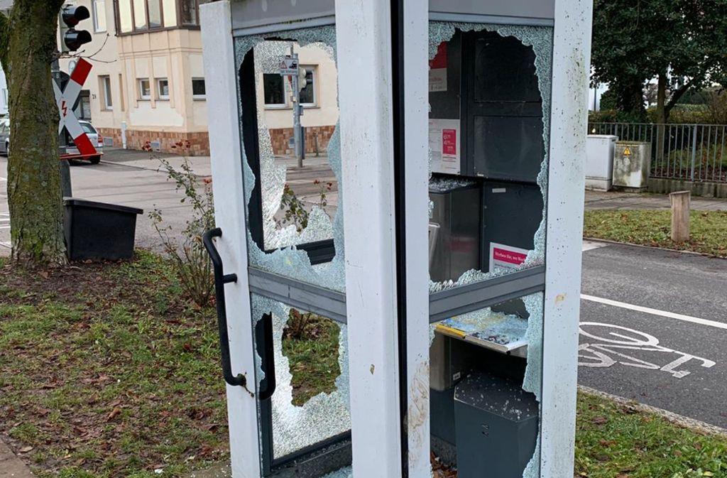 Rowdys haben die Scheiben der Telefonzelle beim Stadtpark zerstört Foto: privat