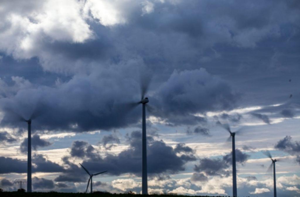 Windkraftgegner hegen den Verdacht, dass Windräder für den Menschen unhörbaren, aber trotzdem schädlichen Lärm machen. Die Wissenschaft ist uneins. Foto: dpa