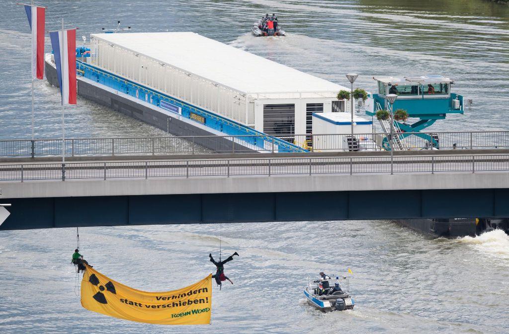 Der Castor-Transport wurde durch die Aktion von Aktivisten zum Halten gebracht. Foto: dpa