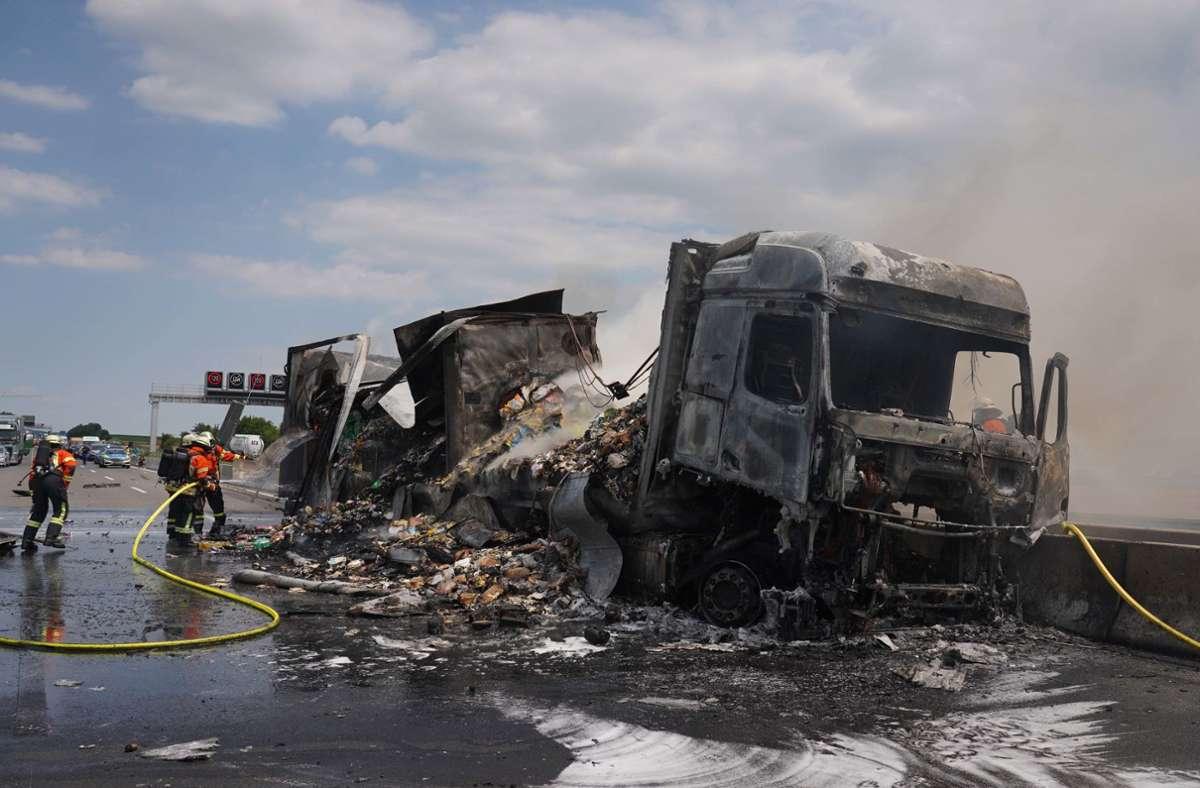 Der Sattelzug war vollkommen ausgebrannt. Foto: Andreas Rosar/ Fotoagentur-Stuttg